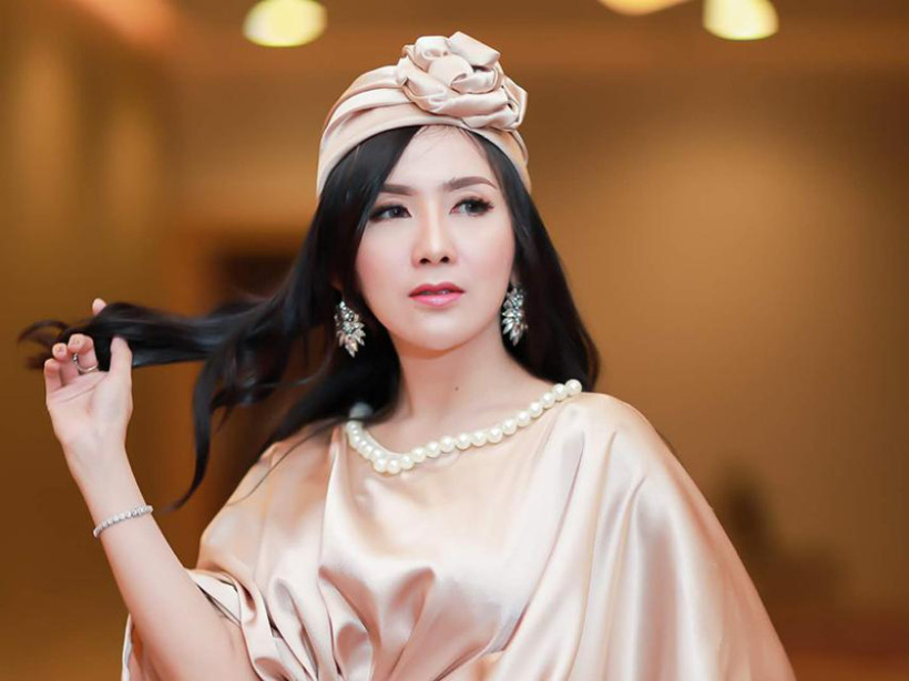 Aktris cantik Ucie Sucita memakai two way cake Sarita Beauty. Foto: Sarita Beauty