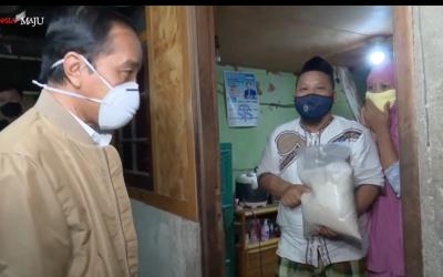Jokowi Bagi Sembako, Anggaran Penangangan Pandemi Dipertanyakan