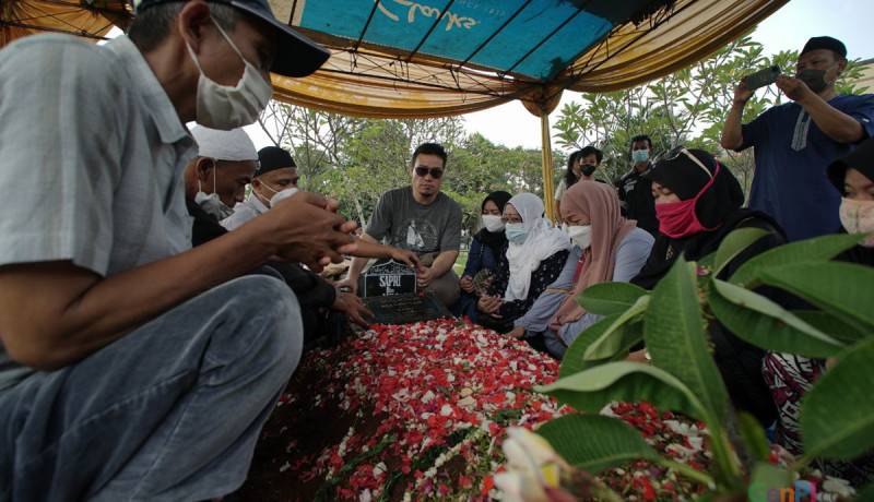 Isak Tangis Iringi Pemakaman Komedian Bang Sapri Pantun