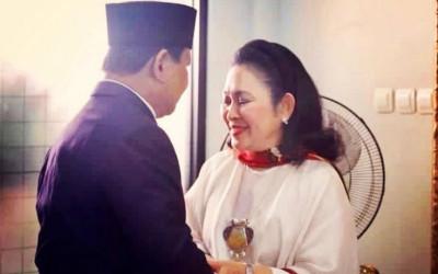 Foto Mesra Prabowo dan Titiek Soeharto Berlebaran Bersama